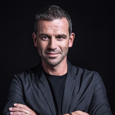 Portret van Juul Manders en inzetbaar als spreker voor uw evenement